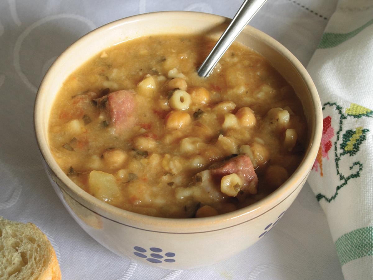 Sopa de grão-de-bico com macarrãozinho