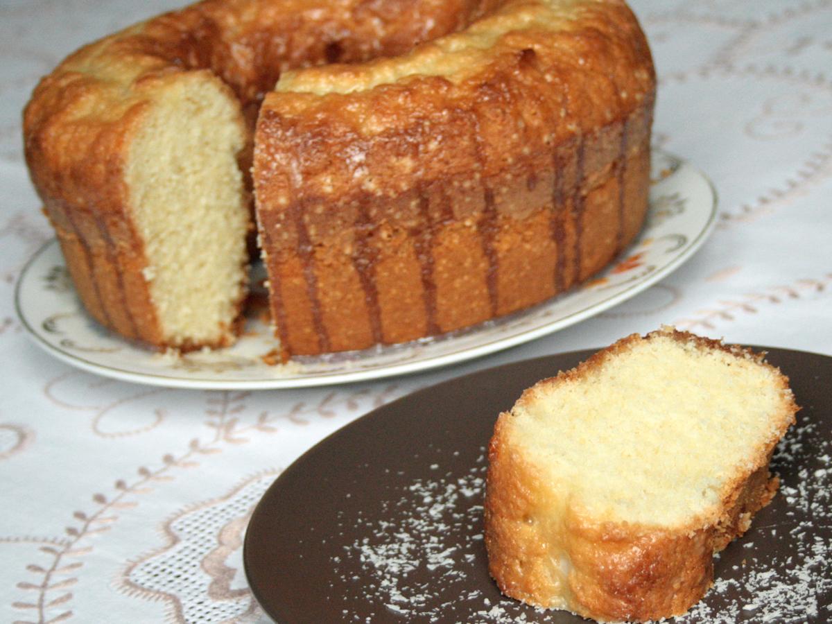 Bolo com leite de coco (Coconut Milk Cake)